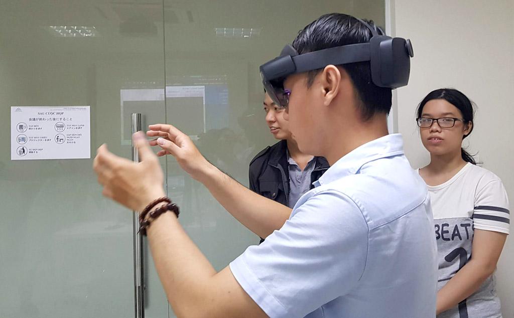 Khách mời trải nghiệm thiết bị HoloLens 2