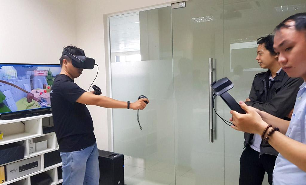 Khách mời trải nghiệm các thiết bị hiện có khác tại ONETECH ASIA